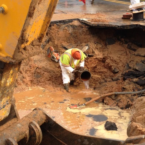 WSSC employee fixing the water main break